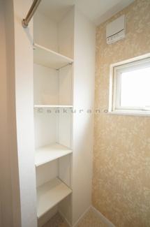 洗面所にも収納スペースと洗濯物を干せるポールが備えています。
