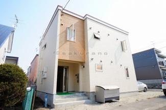 北海道科学大学まで徒歩7分(約500m)。閑静な住宅街に立地したこちらの物件。まるで一軒家のようなお洒落な外観です。