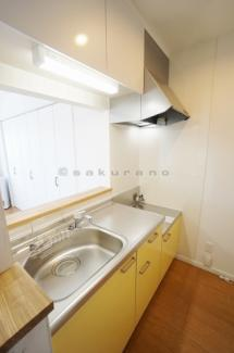 お料理をする楽しみが広がる、本格的なキッチンルームです。上下には収納スペースが備えているのでキッチン周りをすっきりとさせることができます。