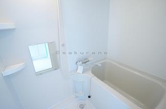 一日の疲れを癒す空間、バスルーム。シャワー、湯船、鏡が備えたスタンダードなバスルームはホワイトを基調としており、清潔感のあふれる空間。湯船はゆったりのびのびと浸かれます。