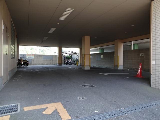 タクティ三郷 駐輪場・駐車場