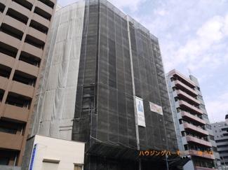 只今、大規模修繕中。外観タイル張りのSRC造。しっかりとした建物です。