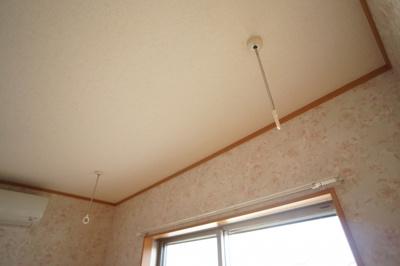 室内物干し掛けがあり、便利です