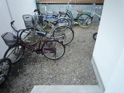 空きスペースに自転車を置いている