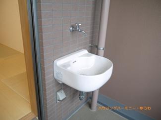 ベランダには、便利な水道も設置されています。