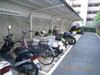 敷地内には、便利な屋根付き駐輪場・バイク置場があります。