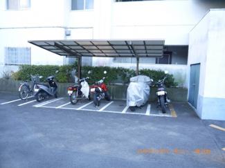 敷地内に、屋根付きバイク置場があります。
