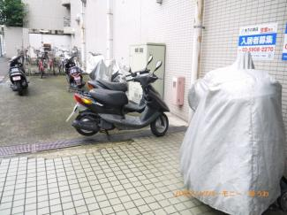 敷地内に、バイク置場もあります。