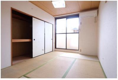 3居室・リビング 南側心和む和室1間半の押入れがあります