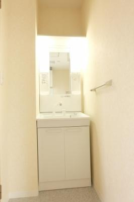 シャワーノズル付き洗面化粧台でございます
