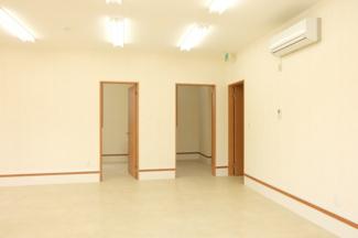 左から6.9帖・給湯室・玄関ホールの出入口でございます