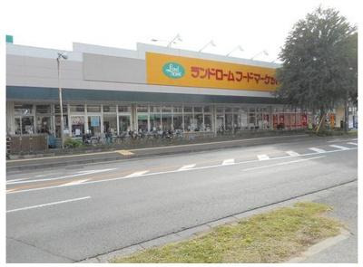 お向かいにスーパーマーケットがあり賑やかな立地です