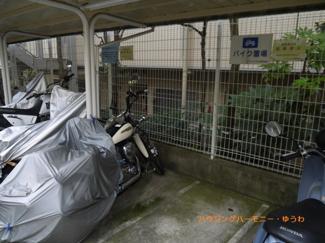 屋根付きバイク置場もあります。