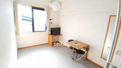 同タイプ居室:TV、机、椅子2脚付(机は折りたためます)