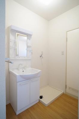 洗面・脱衣所には洗髪洗面化粧台がございます。
