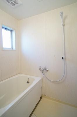 お風呂には窓があり、湿気対策もバッチリ出来ております。