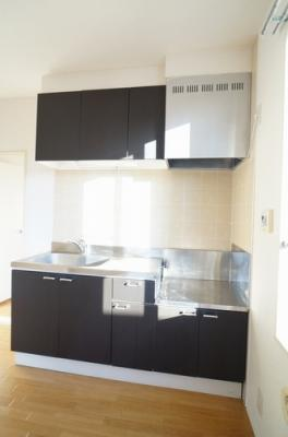 キッチンはモダンな黒色のタイプ。料理の腕がうなりますね。