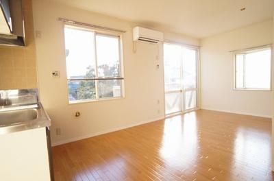 角部屋の為、陽がサンサンと入ります。3面の窓があるLDKはナカナカ無いですよ。