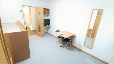 同タイプ居室:机、椅子2脚、姿見鏡があります