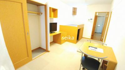 同タイプ室内:TV、机、椅子2脚付き(TVはブラウン管の場合もあります)