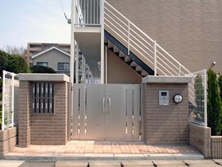 敷地内に屋根付き駐輪場、ゴミ置き場あります。