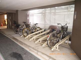 建物に、専用駐輪場があります。