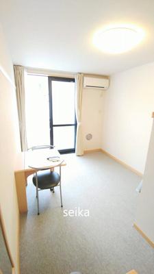 同タイプ居室:カーペットのお部屋です。椅子机が付きます。