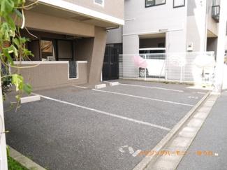 敷地内には、駐車場もあります。