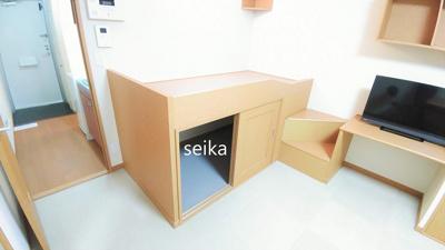 同タイプ居室:TV付き。壁に小さな収納棚あります。
