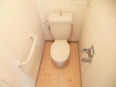 手すりつきのトイレです♪