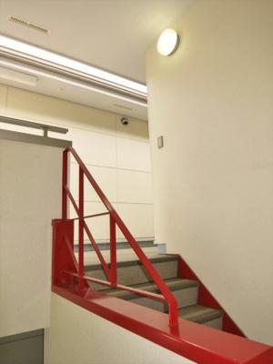 赤い階段がキュートです。