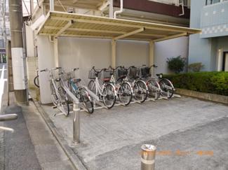 敷地内に、屋根付き専用駐輪場有り。
