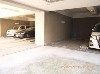 便利なビルトイン駐車場があります。