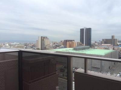 バルコニーからの景色です。海が見えます。