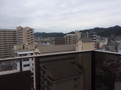 バルコニーからの景色です。山が見えます。