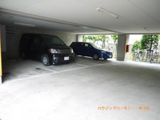 広々としたビルトイン駐車場も完備。