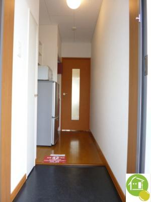 玄関から見た室内です。※別のお部屋の写真です。