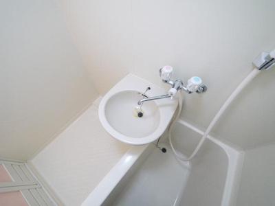 お風呂に洗面台もついてます。