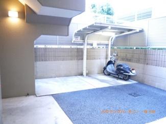 建物内に、便利な屋根付きバイク置場があります。