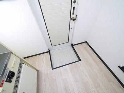 玄関横に洗濯機が置けます。