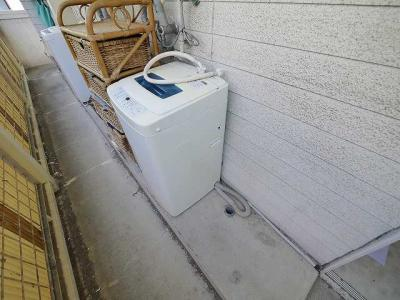 玄関横に洗濯機置き場がございます。