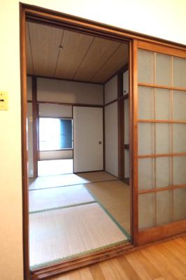 キッチン、4畳半和室、6畳和室と、続き間になっております