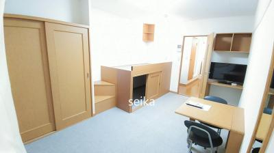 同タイプ居室:机、椅子2脚、姿見鏡付き