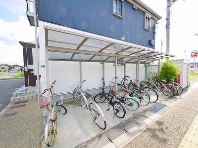 屋根付きの駐輪場はスペースにも余裕あり