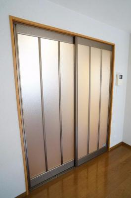 洋室の扉はすりガラスの引き戸です!