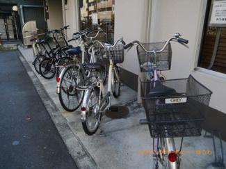 敷地内に駐輪場があるので便利です。