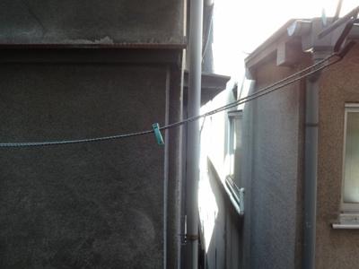 岡田荘 和室6帖の物干しがある側の景色