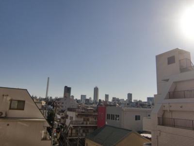 澄んだ青空が望めます。太陽がまぶしいくらいです。