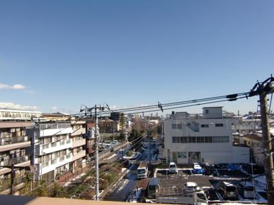 ベランダからの眺めです。昨日の雪もやみ、澄んだ青空です。