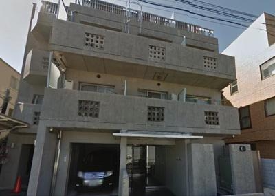 閑静な住宅街に佇むマンションです。